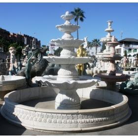 Fuente monumental de cinco platos en mármol blanco de Carrara con detalles ornamentales tallada artesanalmente