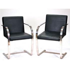 Pareja de sillas de acero cromado y cuero S.XX