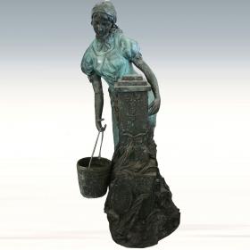 Mujer con caldero de bronce