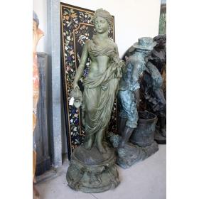 Fuente mujer con cubo de bronce