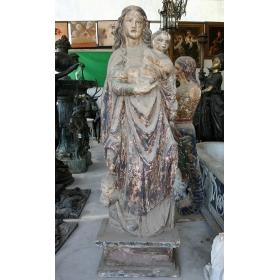 Escultura de virgen con niño realizada en madera