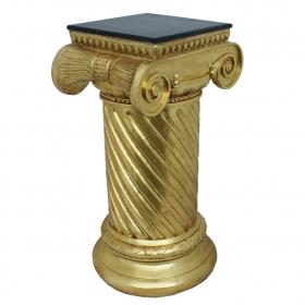 Peana estriada con forma de columna dorica y base circular.