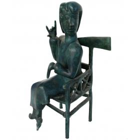 Mujer abstracta sentada con zapatos de bronce