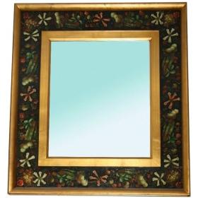 Espejo con decoración floral en el marco