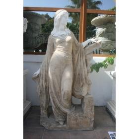 Escultura de mujer de mármol sobre escalera