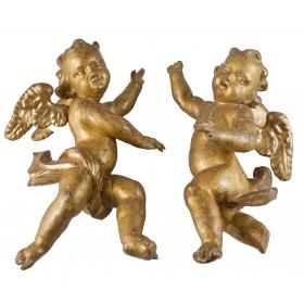 Pareja de ángeles de madera tallada y dorada, s.xviii.