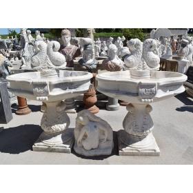Pareja de fuentes de un plato de mármol con decoración de peces