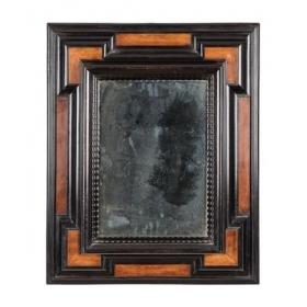 Espejo con marco de madera ebonizada y en su color con molduras rizadas siguiendo modelos holandeses