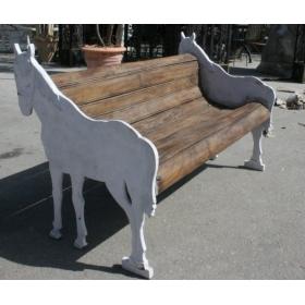 Banco de hierro con madera con los laterales en forma de caballo