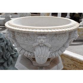 Macetero con decoración floral y cabezas de león realizado en marmol