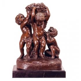 Tres niños de bronce con peana de mármol