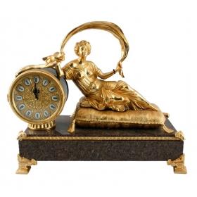 Reloj de mujer tumbada en bronce