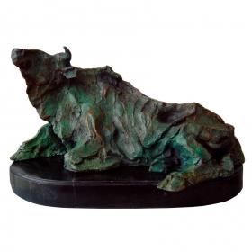 Toro salvaje tumbado de bronce con peana de marmol