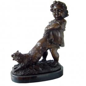 Niña jugando con gato de bronce con peana de marmol