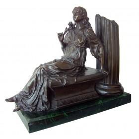 Mujer sentada de bronce con peana de mármol