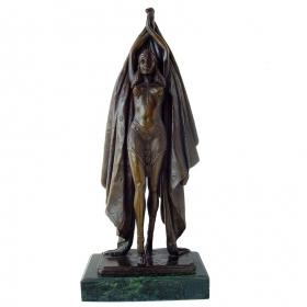 Mujer manos levantadas de bronce con peana de mármol