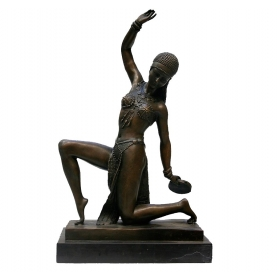 Bronce de mujer tocando instrumento musical