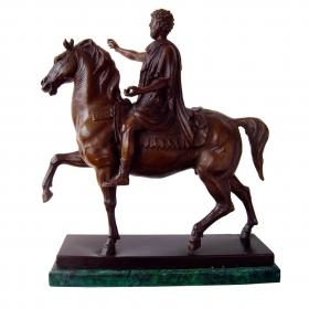 Hombre clásico sobre caballo de bronce con peana de mármol