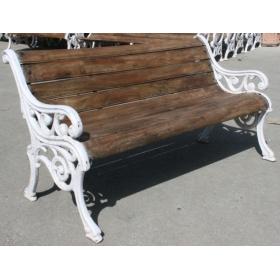 Banco de hierro clásico con asiento en madera