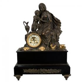 Reloj clásico de bronce con peana
