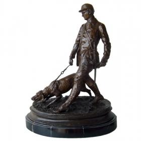 Hombre cazador con perro de bronce con peana de mármol
