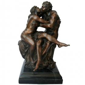 Escultura clásica de pareja de enamorados besandose
