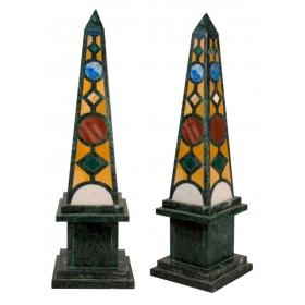 Pareja de obeliscos de marmol verde y piedras duras