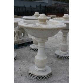Fuente de un plato envejecida de marmol