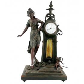Figura de mujer y reloj en resina
