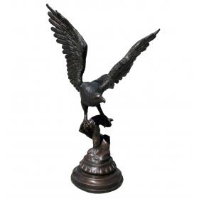 Aguila de bronce sobre rama y peana