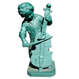 Escultura de niño con instrumento musical en hierro