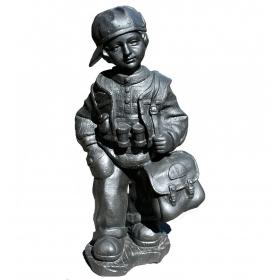 Escultura de niño con bolsa en hierro