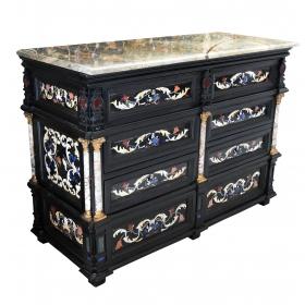 Mueble de palacio con incrustaciones de piedra dura y decoraciónes en bronce.