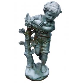 Escultura niño con pájaros de hierro de fundición
