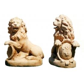 Pareja de leones con escudo de piedra recompuesta