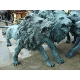 Pareja de leones andando de bronce