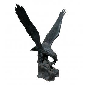 Escultura de aguila en hierro de fundición