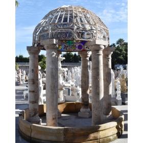 Cenador con columnas de mármol travertino y cúpula antigua con vidriera