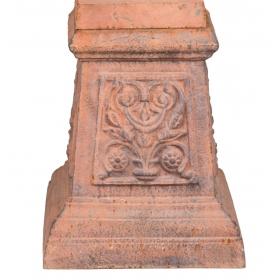 Peana de hierro de fundición con decoración floral
