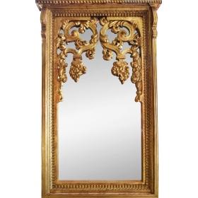 Gran espejo con marco de madera dorado