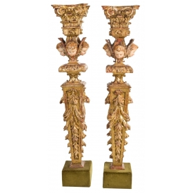 Pareja de estípites en madera tallada y dorada con cabezas de querubines, hojas de acanto y capitel corintio. S. XVIII.