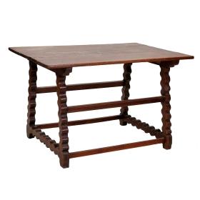 Mesa española de nogal con patas recortadas, s.xviii