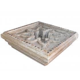Fuente de suelo cuadrada realizada en mármol con incrustaciones de piedras duras