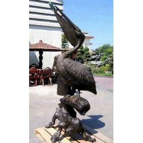 Escultura y fuente en bronze de pelicano