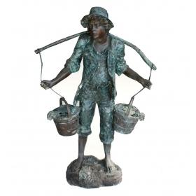 Hombre con dos cubos a los hombros de bronce