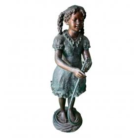 Escultura y fuente en bronce de niña con manguera
