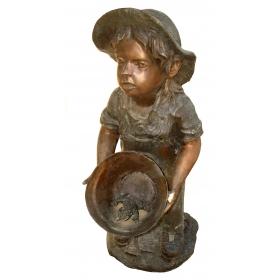 Niño con cubo de bronce