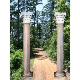 Pareja de columnas clasicas en estilo corintio en mármols blanco de carrara y marrone italiano