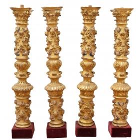 Cuatro columnas corintias del siglo xvii en madera tallada y dorada
