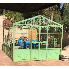 Invernadero de hierro verde